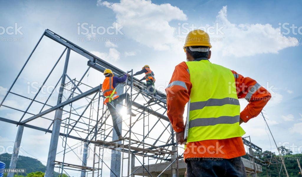 높은 강철 플랫폼에 노동자의 엔지니어 기술자 감시 팀. - 로열티 프리 가리키기 스톡 사진