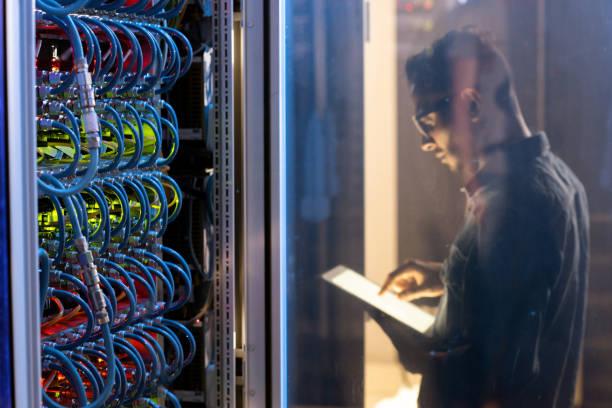 IT-Ingenieur testet neuen Supercomputer – Foto