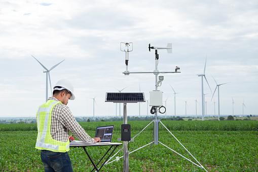 工程師使用平板電腦收集資料用氣象儀器測量風速溫濕度和太陽電池系統的玉米田背景 智慧農業技術概念 照片檔及更多 器材 照片