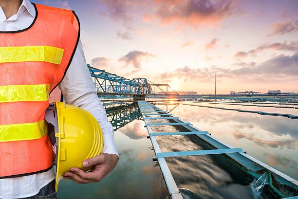 Ingenieur mit der einfarbigen an Clarifier Tank-Shirt mit Sonnenaufgang – Foto
