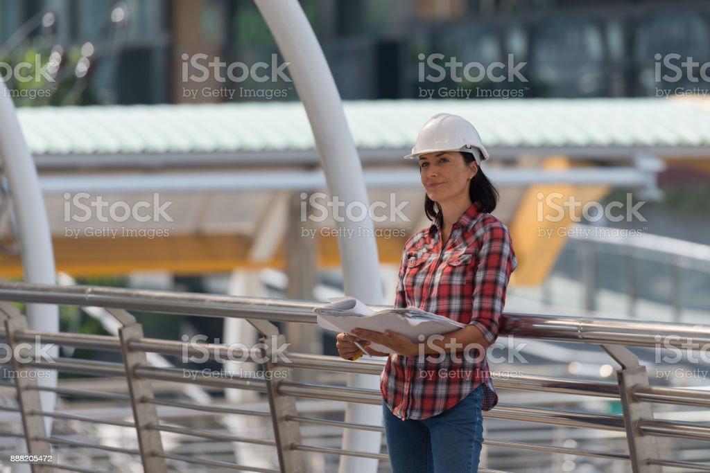 Ingenieur Frau Russisch Prüfung der Baupläne – Foto
