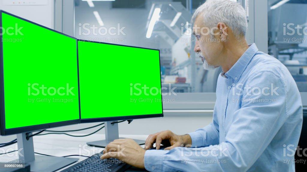 Photo de travail de lingénieur sur un ordinateur équipé de deux