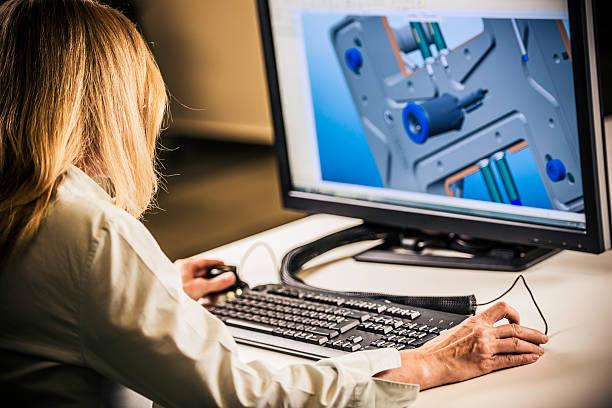 ingenieur arbeiten auf desktop-computer - produktdesigner stock-fotos und bilder