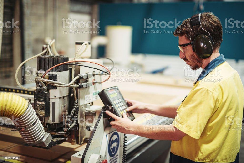 Ingenieur auf Fernbedienung für Roboter in Fabrik in Australien Lizenzfreies stock-foto