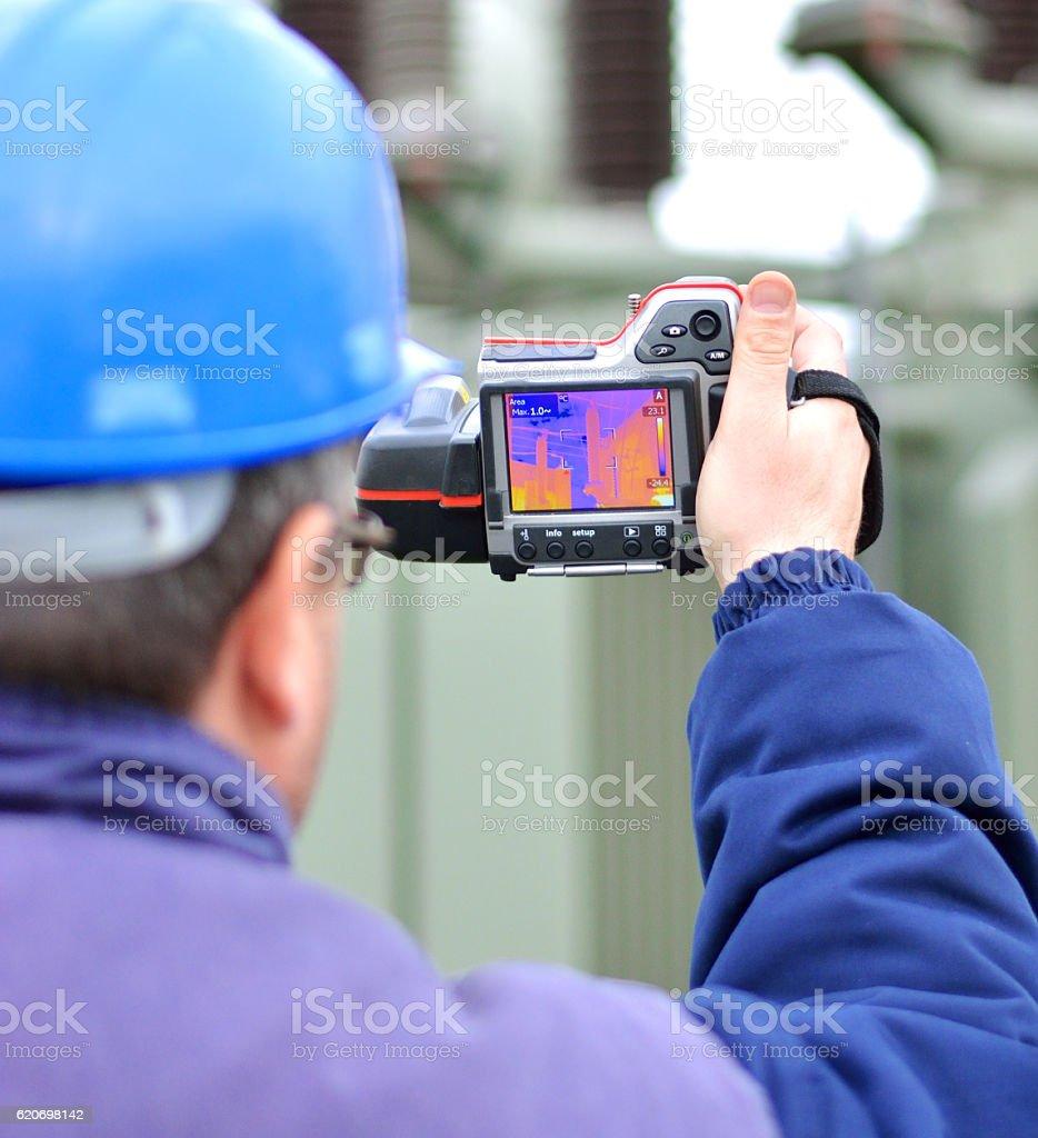 Ingenieur arbeitet mit Thermal-Infrarot-Kamera – Foto