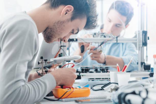 studenci inżynierii pracujący w laboratorium - inżynieria zdjęcia i obrazy z banku zdjęć