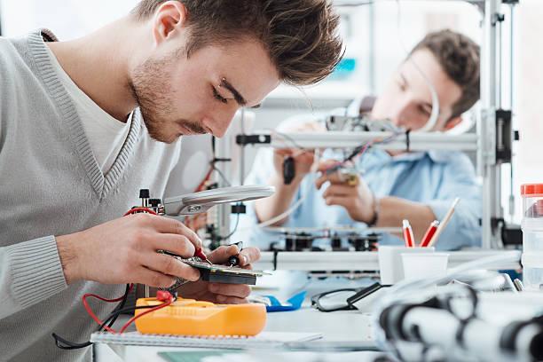 Ingeniería los estudiantes trabajando en el laboratorio - foto de stock