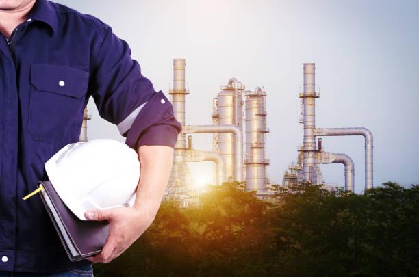 Engineering mit weißen Sicherheit Helm Stand vor Öl-Raffinerie Industrieanlage – Foto