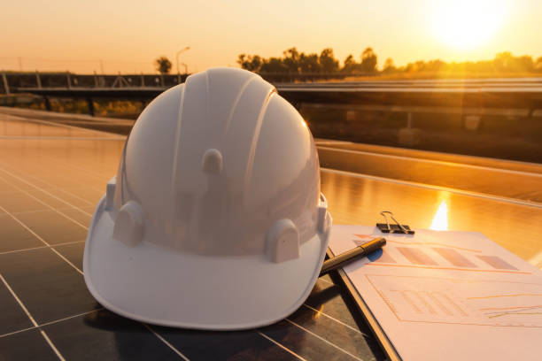 ingenieure untersuchen die leistungsdiagramme der energieerzeugung aus solarzellen, die alternative energie sind, die das konzept der nachhaltigen ressourcen ist - generator text stock-fotos und bilder