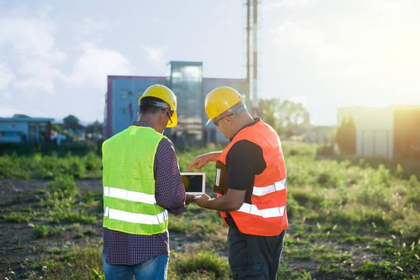 ingenieurs bij industriële faciliteit - industriegebied stockfoto's en -beelden