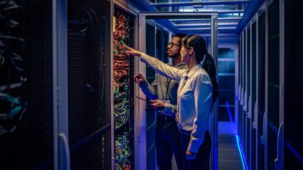 it-ingenieurs controleren van servers in de serverruimte - datacenter stockfoto's en -beelden