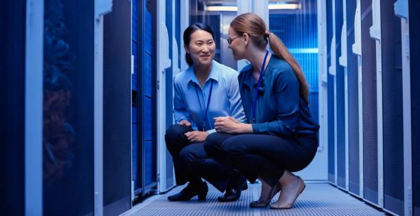 it-ingenieure, die überprüfung von servern - damenschuhe 44 stock-fotos und bilder