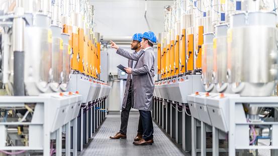 Ingenieure Untersuchen Eine Maschine In Einer Fabrik Stockfoto und mehr Bilder von Afrikanischer Abstammung