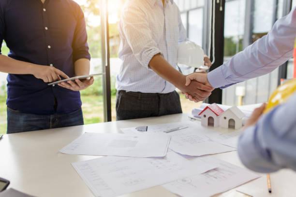 ingenieure-handshake zu treffen. herzlichen glückwunsch und vereinbart, das projekt gemeinsam zu tun. - sozialwohnung stock-fotos und bilder