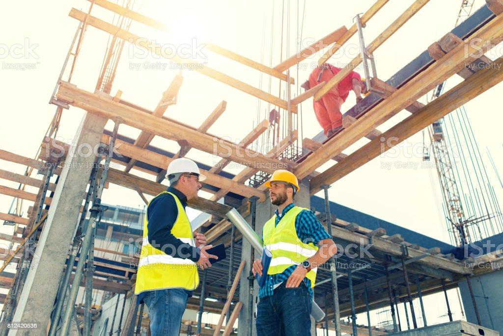 Ingenieurs met bijeenkomst met betrekking tot nieuwe bouwfase foto