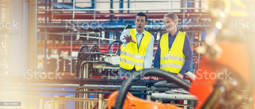 Ingenieure in Warnwesten Prüfung Maschinen – Foto