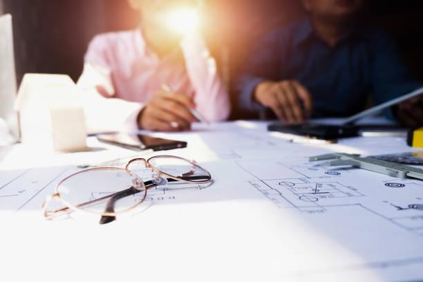 Ingenieure, die auf das Bauen auf der Blaupause und mit Laptop, um Zeichnung Design Gebäude Projekt im Büro, Baukonzept. Ingenieur-Konzept – Foto