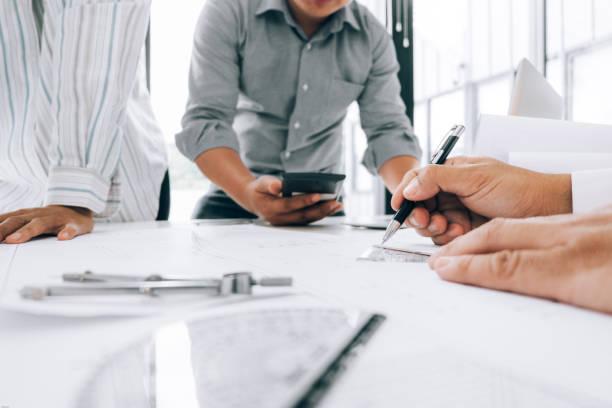 Ingenieure zeigen auf bauaufblueprint zu zeichnen Design Gebäude Projekt im Büro, Baukonzept. Ingenieurkonzept – Foto