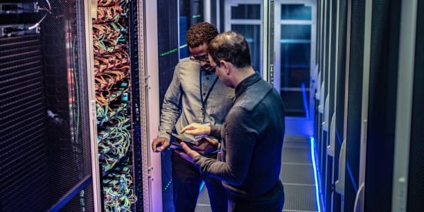 IT-Ingenieure, die mit einem digitalen Tablet im Serverraum eines Rechenzentrums – Foto