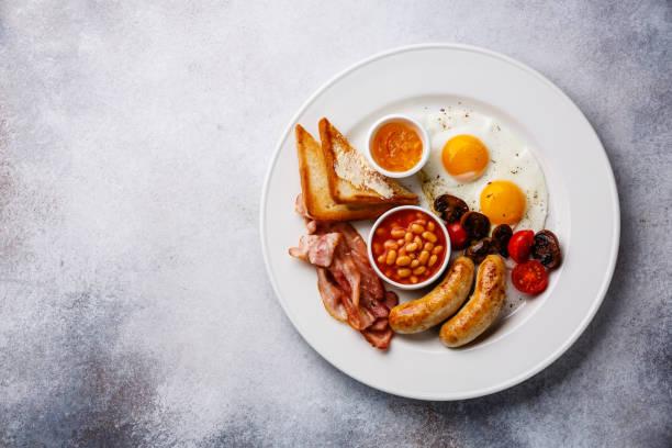 englisches frühstück  - gefüllte eier stock-fotos und bilder