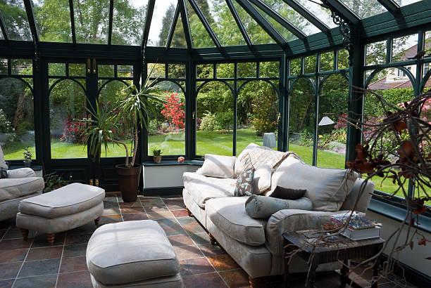 английского сада терраса с современной мебелью - оранжерея стоковые фото и изображения