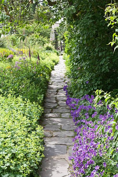 englischen landhaus-garten - steine für gartenmauer stock-fotos und bilder