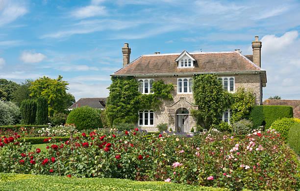 english country cottage - kır evi stok fotoğraflar ve resimler