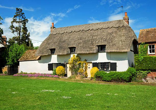 englische landhaus - strohdach stock-fotos und bilder