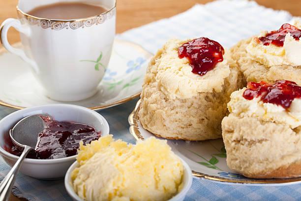 englischem cream tea - scones backen stock-fotos und bilder