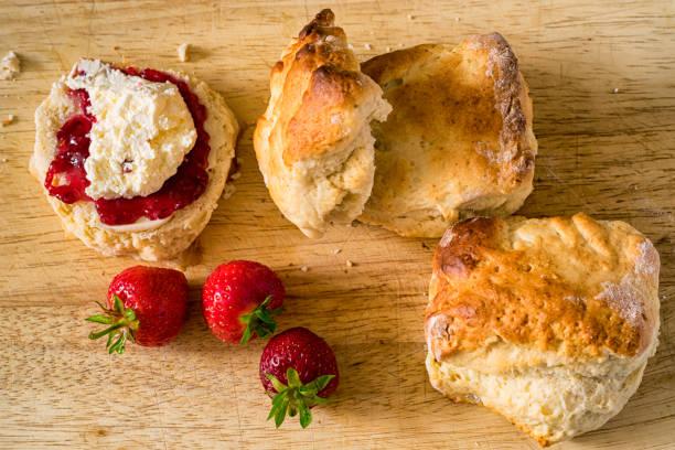 englische creme tee (scones mit marmelade und sahne) - scones backen stock-fotos und bilder