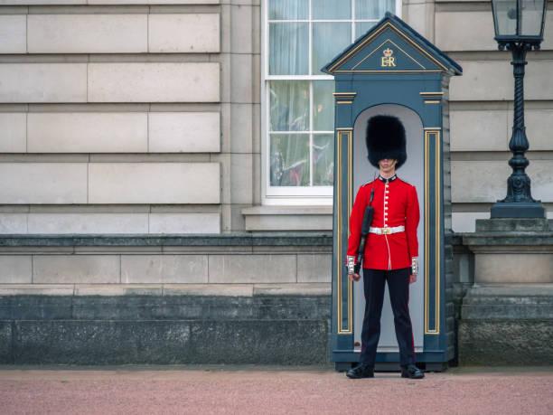 Englische Garde patrouilliert im Buckingham Palace – Foto
