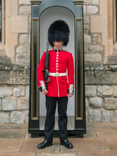 Englischer Wachsoldat patrouilliert in London – Foto