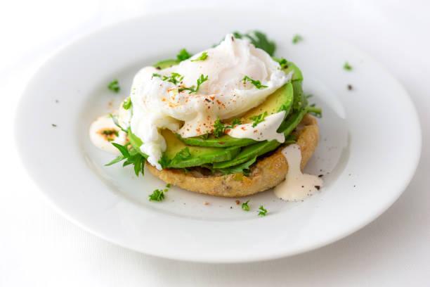 Engelska Muffin, pocherat ägg, Avokado bildbanksfoto