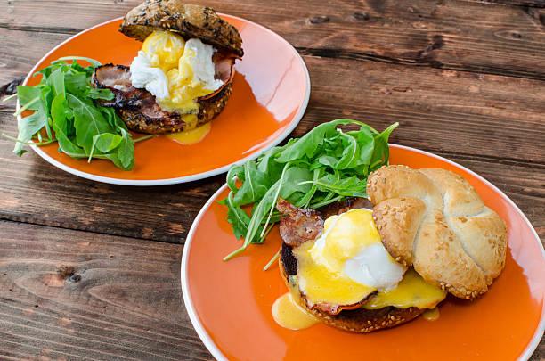 muffin mit speck, ei-benedict - sauce hollandaise stock-fotos und bilder