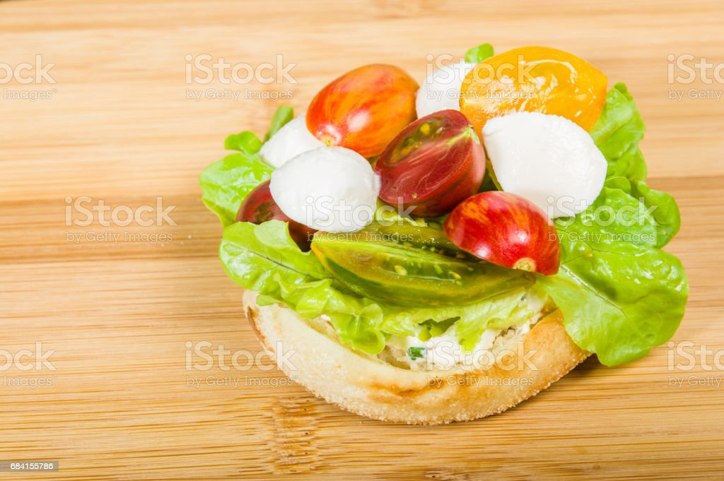English muffin with heirloom tomatoes foto stock royalty-free