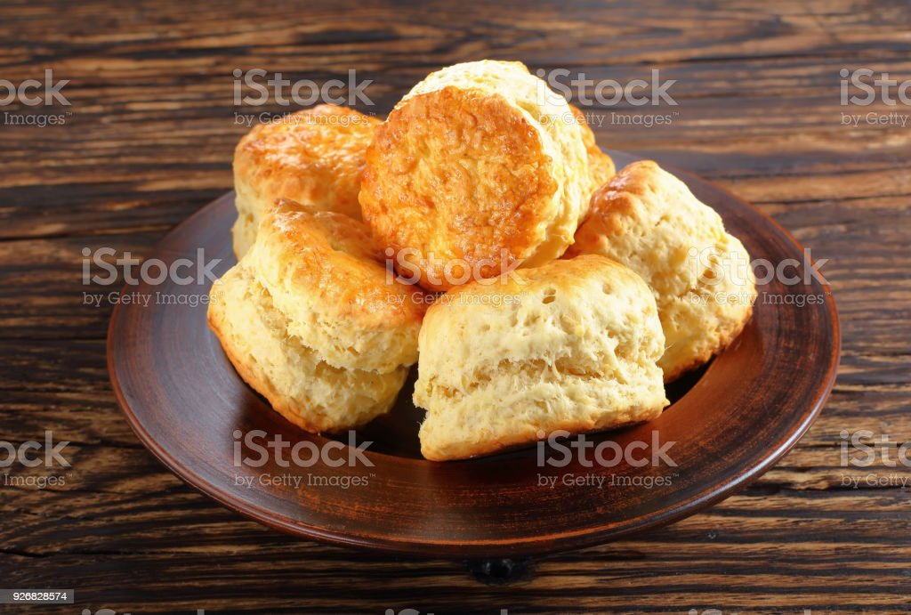 engelska scones på en lera-tallrik - Royaltyfri Bageri Bildbanksbilder