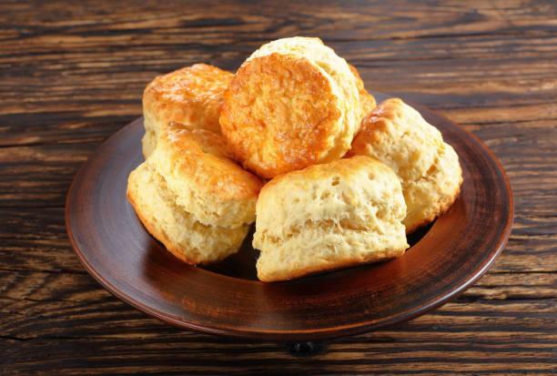 engelska scones på en lera-tallrik - scone bildbanksfoton och bilder