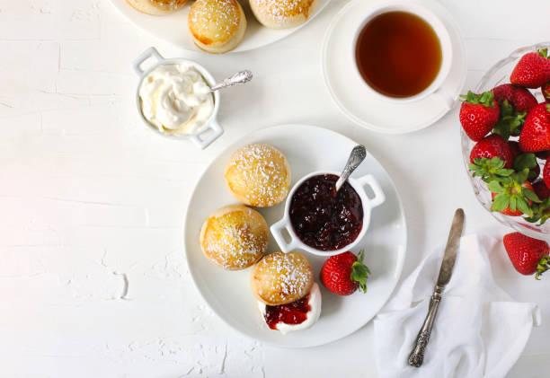 engelska scones med sylt och vispad grädde. - scone bildbanksfoton och bilder