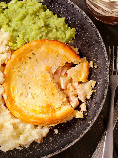 englischen stil hühnchen-kuchen mit erbsenpüree und bier - englischer erbsen salat stock-fotos und bilder
