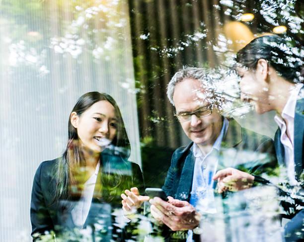渋谷在住のコンセプトと日本チーム - 談笑する ストックフォトと画像