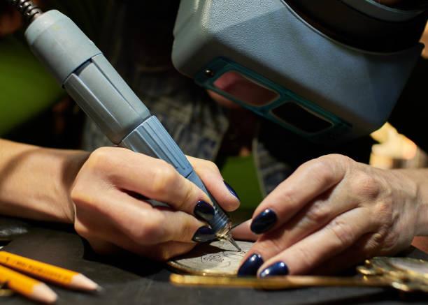graveur graver le dessin sur le croquis. - gravure à photos et images de collection