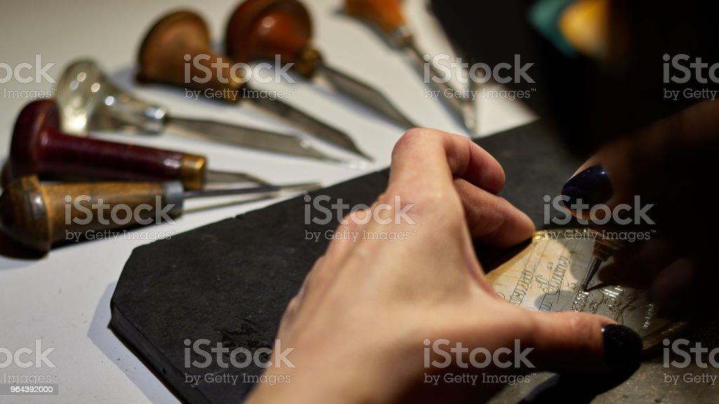 graveur graveren in de tekening op de schets. - Royalty-free Ambachtsman Stockfoto