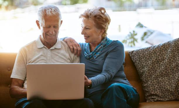 verbesserung ihres lebens mit moderner technik - sofabezüge stock-fotos und bilder