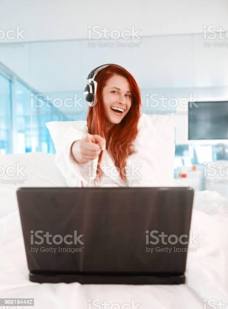 Njut Glad Morgon-foton och fler bilder på Använda en laptop