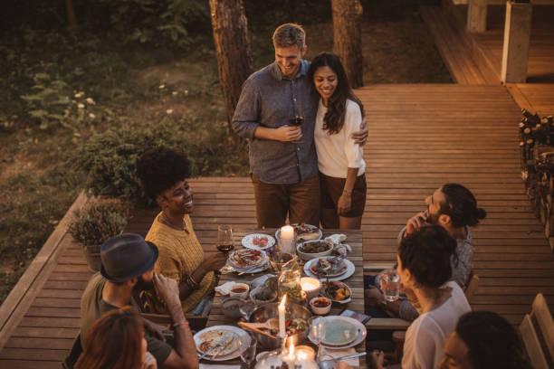 Disfrutar en la cena de verano - foto de stock