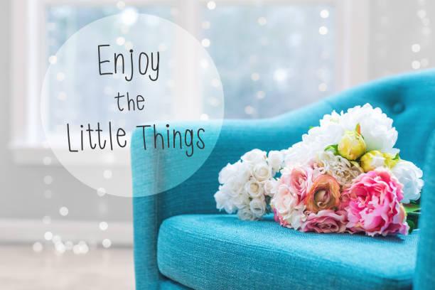 用帶椅子的花花束欣賞小東西資訊 - 諺語 個照片及圖片檔
