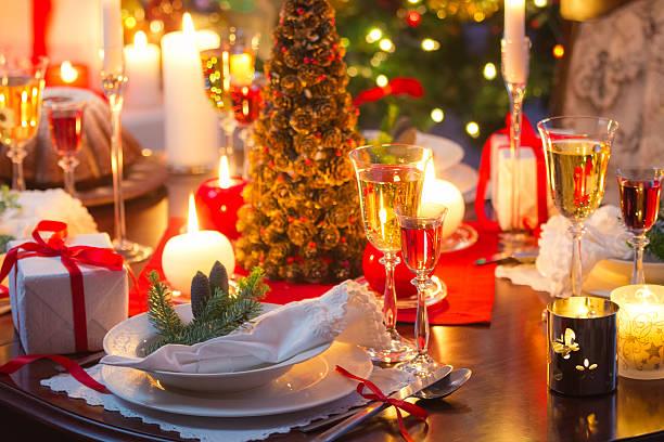 genießen sie den heiligabend - roten küchentische stock-fotos und bilder