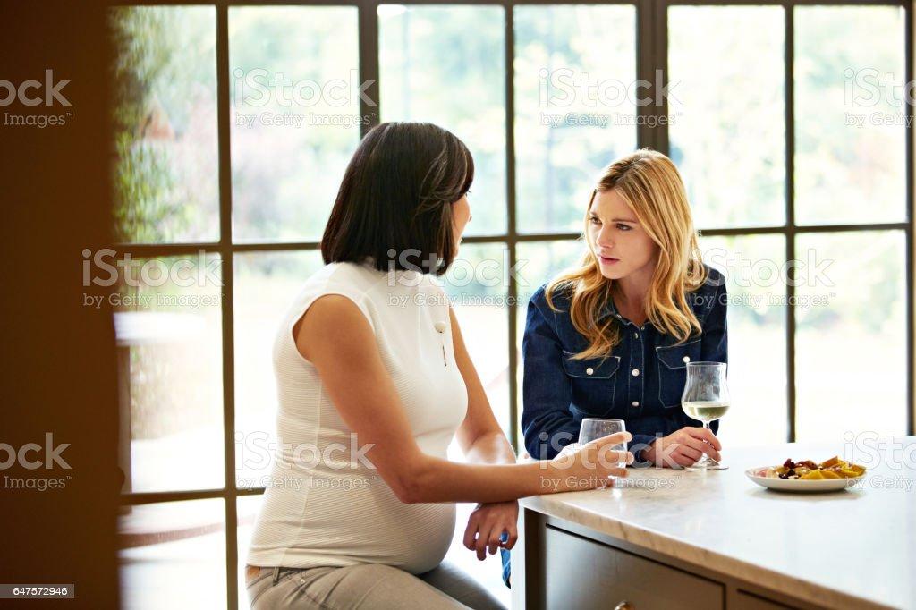 Disfrutando de una conversación entre amigos - foto de stock