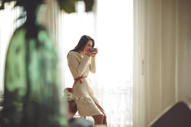 genießen sie eine tasse kaffee - strickmantel stock-fotos und bilder