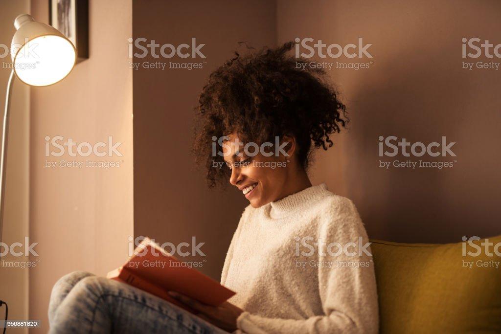 Genieten van een goede literatuur - Royalty-free Afro-Amerikaanse etniciteit Stockfoto